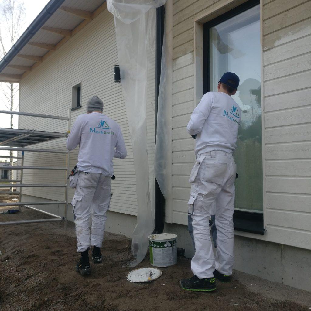 Maalari maalaa ikkunan pielilautaa